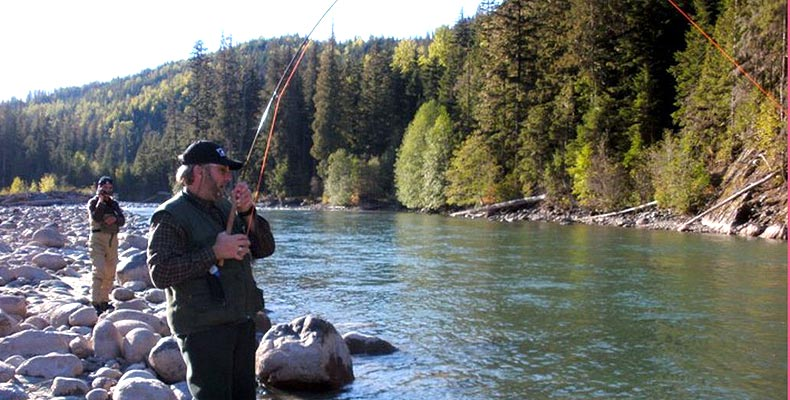 Harald fight a Steelhead on the Copper with a fly rod